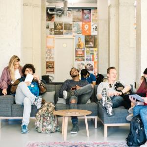 personen gezellig bij elkaar op de bank